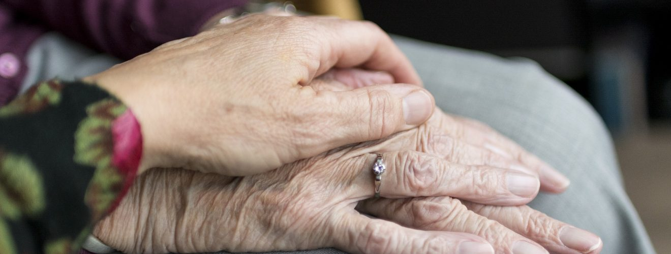 Deux mains de femmes posées l'une sur l'autre