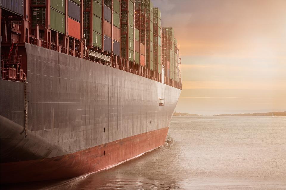 Transport maritime de containers dans un cargo