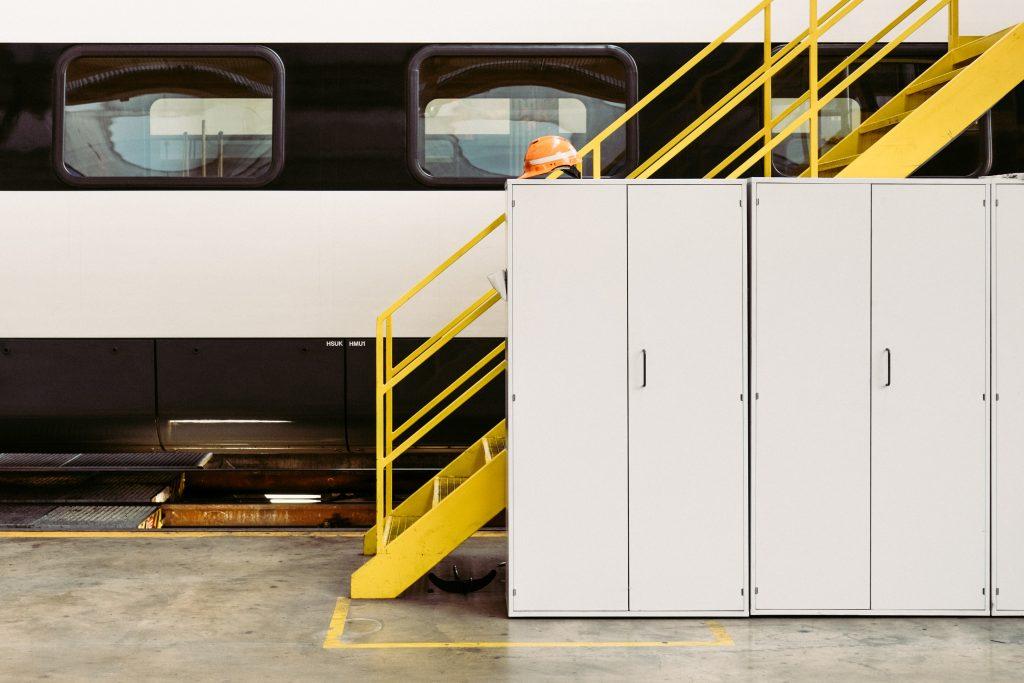 Entrepôt avec cloisons modulaires et escalier-cage