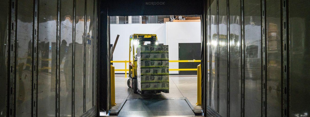 Couloir d'entrepôt industriel avec chariot de cargaison