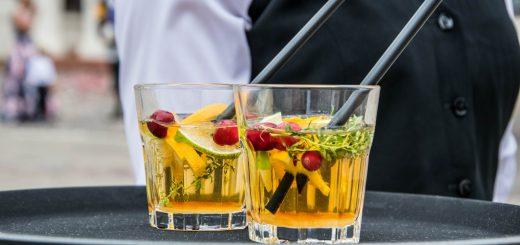 Serveur qui sert des cocktails sur un plateau lors d'une soirée d'entreprise